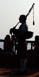 Olivier sonnant à contre jour sur un dhow